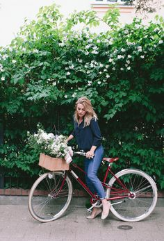 How to ride a bike and still look chic. I put together a list of bike riding essentials that will make anyone look amazing. Bicycle Women, Bicycle Girl, Bicycle Race, Velo Vintage, Vintage Bikes, Wit And Delight, Cycle Chic, Bike Style, Look Chic