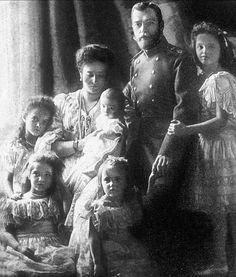 Dit is de familie Romanov. De familie bestond uit, ouders, 4 dochters en een zoon.
