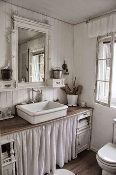 De badkamer is een lastige ruimte om in te richten met brocante. Daarom een paar tips van ons om deze ruimte toch een beetje in sfeer te houden.  1. Heb je een ruime badkamer? Dan is het natuurlijk super mooi om een vrijstaand bad op pootjes te plaatsen.   2. Kan je geen…