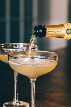 The complex history and simple recipe of the French This classic prohibition cocktail will blow you away! Gin Lemon, French 75, Food Portions, Wmbw, Cocktails, Drinks, Alchemy, Fine Dining, Happy Hour
