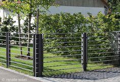 moderner Gartenzaun aus Metall