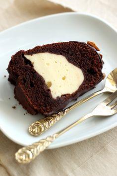Rotweinkuchen Rezept mit Käsekuchen-Füllung. Leckerer Rotweinkuchen mit Cheesecake-Swirl! Die perfekte Kombination und eine tolle Überraschung.