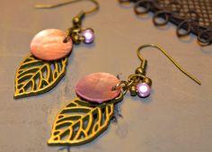 Boucles pour oreilles percées en métal couleur bronze, breloque feuille en métal,nacre rose et perle - Bijoux TessNess : Boucles d'oreille par tessness