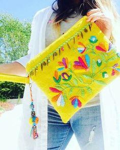 Ricamo messicano Step by Step - Embroidery - Ricamo messicano Step by Step - Embroidery Mexican Embroidery, Embroidery Bags, Hand Embroidery Stitches, Embroidery Designs, Diy Clutch, Diy Purse, Clutch Bag, Diy Accessoires, Boho Bags
