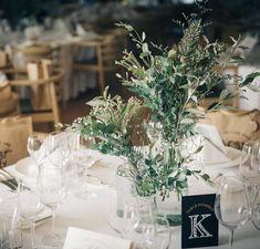 きむあやさんはInstagramを利用しています:「* テーブルナンバー。 . 白、茶色、緑のナチュラルベースな会場だけど、テーブルナンバーはあえての黒にしてみた。 . 遠くからでも見やすいし、黒が入ることで全体がキリッと引き締まった気がする ⍩⃝ . #結婚式レポ #結婚式diy #テーブルナンバー手作り #ゲストテーブル…」