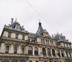 Lyon ma jolie ville. Je ne me lasserai jamais de la prendre en photo.  #1erdecembre #Lyon #lyonnaise #architecture #blogueuse #decembre #fashionblogger #hiver #onlylyon #fblogger #igerslyon #picoftheday #blogueusemode #instapic #happyday #december #latergram #instadaily #like4like #blogueuselyonnaise #igersfrance #blogolyon by theonageorgia