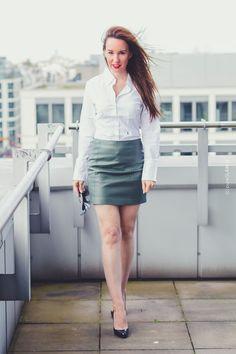 Fashionlook mit Lederminirock und weißer Bluse - Schuhe Christi green leather miniskirt