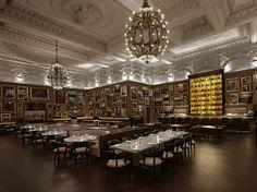 L'abondance de cadres à son comble... à l'hôtel The London Edition, à Londres. Impressionnant. Photo Richard Powers, fournie par The London ...