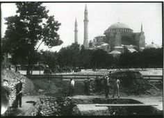 Sultanahmet Meydanı ortasında etrafı çevrilen yer içinde başlamış. Yapılan çalışmalarda, imparatorluğun simge yapılarından Zeoksipos Hamamı kalıntılarına ulaşılıyor.