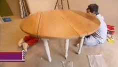 Le simple fait de peindre une table est une idée géniale pour la rénover sans se ruiner. En quelques coups de pinceau, ce meuble prend un nouvel esprit et modernise la décoration d'intérieur. Si vous ne savez pas vous y prendre, pas de panique ! Dans cette vidéo, Valérie Damidot vous livre la technique pour customiser une vieille table en bois. Tout commence par un ponçage à l'aide d'une ponceuse électrique munie d'un papier de verre de grain 80. Il faut ensuite de la peinture en argile…