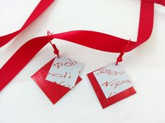 Boucles d'oreilles carrés rouges et blanches en capsule par Grimzme