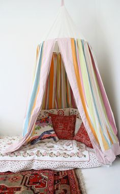 i bet you could do this with an embroidery hoop and some fabric... what a cozy little hanging nook