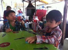 Compartiendo mesa con dos currantes de la zona // Sharing table with staff from a company nearby