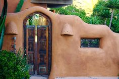 Adobe House In Encinitas - So fluid. Love the colour. My straw bale walls will look like this! Southwestern Home, Southwest Style, Adobe Haus, Earthship Home, Mud House, Santa Fe Style, Tadelakt, Natural Homes, Hacienda Style