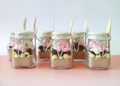 Here are some inexpensive but fun D.I.Y. hot chocolate jars! and more! Diy Wedding Favors, Rustic Wedding Foods, Wedding Favor Sayings, Party Favours, Inexpensive Wedding Favors, Wedding Gifts, Wedding Souvenir, Wedding Cards, Mod Wedding