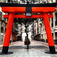 Foto sacada en la Gran Vía de Bilbao. No me lo esperaba y sido una grata sorpresa. #Bilbao #Japan #Today #2014 #Summer #August #Red #Art #BasqueCountry #GranVia | Flickr - Photo Sharing!