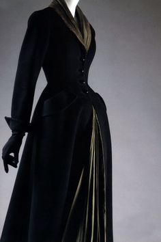 The fullest and most startling realization of Dior's New Look ideal, modeled on this fetishy equestrian template, appears in his 1947 riding-coat-like day coat Mystère. by tracy sam Vintage Dior, Moda Vintage, Vintage Couture, Vintage Mode, Vintage Beauty, Vintage Dresses, Vintage Outfits, 1950s Dresses, Vintage Clothing