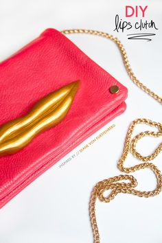 DIY lips bag // inspired by DVF -- this is awesome! Diy Clutch, Diy Purse, Diy Leather Tote, Diy Pouch No Zipper, Best Purses, Diy Handbag, Diy Couture, Craft Accessories, Crafty Craft