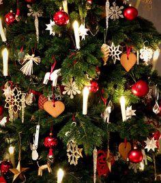 Julgranen 2012... Jag har allt pynt kvar som jag samlat genom åren på vinden. Ska jag ta fram dem i år igen eller ska jag köra samma stil som förra året - endast vitt och silver!? #julgran #jul #joulu #christmas #latergram #inredning #heminredning #inreda #interiör #interior #interiør #sisustus