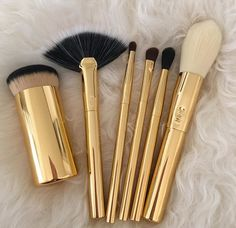 There are so many makeup brush sets in the world -- which ones are the best deal? Read on to discover the best makeup brush sets around. Best Makeup Brushes, It Cosmetics Brushes, Makeup Brush Set, Best Makeup Products, Beauty Products, Cosmetic Brushes, Cosmetic Bag, Makeup Goals, Love Makeup