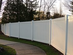 vinyl privacy fence that curves with the sidewalk