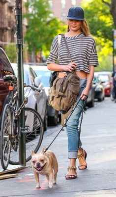 How adorable is Chrissy Teigen's dog walking style?