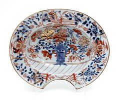 BASIN FOR SHAVING OR BLEEDING in Chinese export porcelain, Qianlong period (1736-1795), Imari decoration representing a vase with peonies and other flowers. Rim with birds. Length: 31.5 cm.