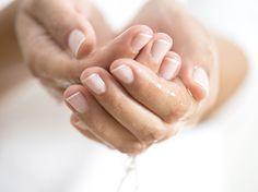 Trockene und rissige Nagelhaut lässt die Hände ungepflegt wirken -trotz gefeilter und lackierter Fingernägel. Wir zeigen, wie die Haut wieder weich wird.