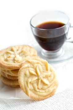 Piping cookies instead of using a press? Vanilla Spritz Shortbread Cookies - Erren's Kitchen - a sweet and buttery cookie with beautifully crisp edges. Spritz Cookies, Buttery Cookies, Galletas Cookies, Shortbread Cookies, Yummy Cookies, Cookies Et Biscuits, Yummy Treats, Vanilla Cookies, Pecan Cookies
