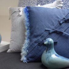 Szafirowa poduszka dekoracyjna z boa KakaduArt ©