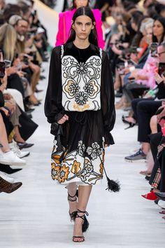 Valentino Spring 2020 Ready-to-Wear Fashion Show - Vogue Fashion 2020, Fashion Week, Runway Fashion, Spring Fashion, Paris Fashion, Fashion Fashion, Fashion Trends, Vogue Paris, Valentino