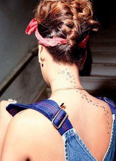 Rihanna combines a braid, curls and bandana to gorgeous effect #rihanna #hair #braid #fashion