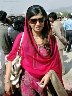 Hina Rabbani Khar - The Foreign Minister of Pakistan Hina Rabbani Khar is well known for her beauty and charm. Here is a look at her photos. Hina Rabbani Khar, Imran Khan Pakistan, Reham Khan, Costumes Around The World, Kurta Neck Design, Kurti Designs Party Wear, Indian Couture, India Beauty, Cool Costumes