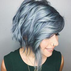 coupe femme courte, carré plongeant mèche longue de devant, coloration violette, look rock, cheveux bouclés