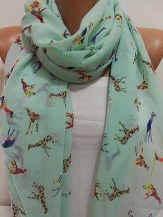 Giraffes!!!!!!!!!!!!! <3<3<3 Beautifully designed, glorious scarf.