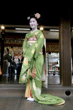 Maiko Mitsuna at the Yasaka Shrine for Setsubun (SOURCE) You can see how long is the kimono of a maiko… It's up to 2 metres long. Mitsuna is now a geiko ^^
