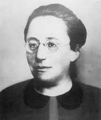 Amalie Emmy Noether podría considerarse como la mujer más importante en la historia de las matemáticas. Nació en Erlangen, Alemania, en el año 1882 y falleció en el 1935 en EEUU, luego de ser expulsada por los nazis unos años antes. La figura de Noether ocupa un imprescindible lugar en el ámbito de las matemáticas,con grandes avances en cuanto a las teorías de anillos, grupos y campos.