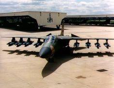 Un RAAF General Dynamics F-111C Aardvark totalmente cargado con bombas se sienta en la rampa.