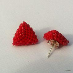 Cercei mini triunghi rosu (18 LEI la oanaroman85.breslo.ro)