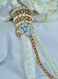 Vintage feeling pearl and brooch bridal bouquet handle | HappyWedd.com