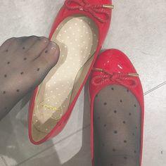 パンプス好きな女の子集合♪おすすめのパンプス×ソックスの組み合わせはこれ!! (2ページ目)| Sucle[シュクレ] Beautiful High Heels, Gorgeous Feet, Sexy High Heels, Pantyhose Outfits, Pantyhose Heels, Pies Sexy, Ballerinas, Teen Feet, Stockings Legs
