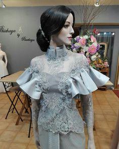 งานบวข Cocktail Dresses Evening Wear, Evening Dresses, Thai Traditional Dress, Traditional Outfits, Yellow Lace Dresses, Pretty Dresses, Gala Dresses, Couture Dresses, Thai Wedding Dress