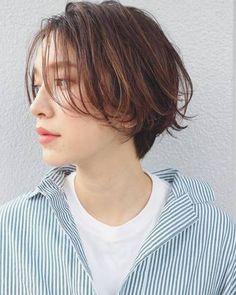 切るか伸ばすかをどうしても決められない時は、少し長めに前髪を作って様子を見るのもおすすめ。鼻の下まである長め前髪は、シースルーバングで重く見えないスタイルに。