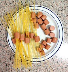 Espaguetis duros pinchados en salchichas