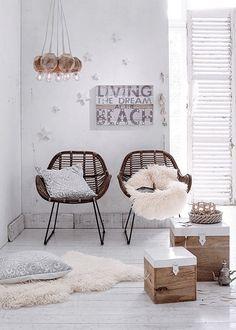 Deze stoel is gemaakt van riet en ijzer en beschikt over een zwarte met naturel kleur. De stoel is 88 cm hoog, 68 cm breed en 56 cm diep. De stoel heeft een zit
