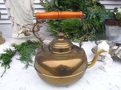 *zauberhafte altertümliche Teekanne*  Messing, innen verzinnt. Griff aus Holz.  Used und shabby, mit Patina, Kratzerchen und Grünspanstellen. Innen ist der Zinn z.T. dunkler gefärbt. Boden mit...
