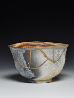 Swedish ceramic pot repaired by Dick Lehman using the ancient Japanese tradition of kintsugi - filling in the cracks with gold, with the idea that something that has broken can be mended to an even more beautiful and valuable state. Kintsugi, Japanese Ceramics, Japanese Pottery, Japanese Art, Japanese Style, Art Japonais, Tea Bowls, Wabi Sabi, Ceramic Art