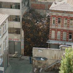 Doris Salcedo Topografía de la guerra, 2003. Instalación en espacio público para la  8ª Bienal Internacional de Estambul.
