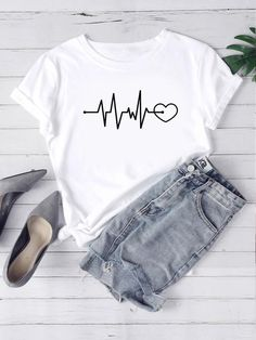 To find out about the Heart & Letter Graphic Tee at SHEIN, part of our latest T-Shirts ready to shop online today! Printed Tees, Printed Shorts, Beau T-shirt, T Shirt Painting, T Shirts For Women, Clothes For Women, Lingerie Sleepwear, Types Of Sleeves, Short Sleeve Tee
