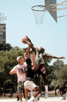 White man can jump Basketball Pictures, Love And Basketball, Sports Basketball, Urbane Fotografie, Nba, Basketball Photography, Movie Shots, Black Artwork, Basketball Legends